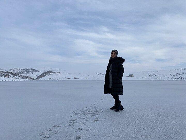 Başçavuş köyüne kadar uzanan kısımları buzla kaplanan baraja gelen vatandaşlar, buz tutmuş baraj üzerinde yürüyerek hem manzaranın tadını çıkardı hem de ortaya çıkan manzarada fotoğraf çektirdi.