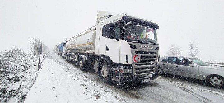 Öte yandan merkez Nilüfer ilçesinin yanı sıra Karacabey ve Mustafakemalpaşa ilçesinde yoğun kar yağışının devam ettiği belirtilirken, yetkililer acil işi olmayan kişilerin araçlarıyla yola çıkmaması gerektiğini açıkladı.