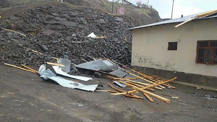Yeşilova köyünde hayvanlarını yıkıntılar arasından kurtarmaya çalışanlar, yetkililerden yardım istedi.