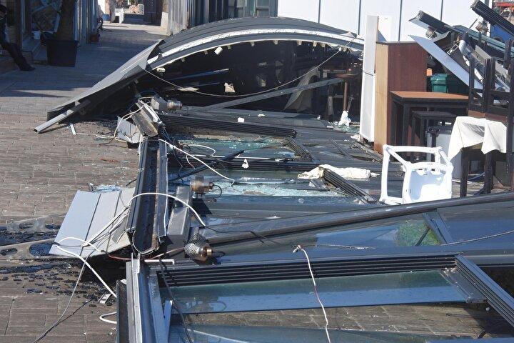 Sabahın ilk ışıklarında fırtınanın neden olduğu zararı gören Urlalılar şaşkınlıklarını gizleyemedi. Cep telefonlarıyla yaşanan hasarı görüntülediler.