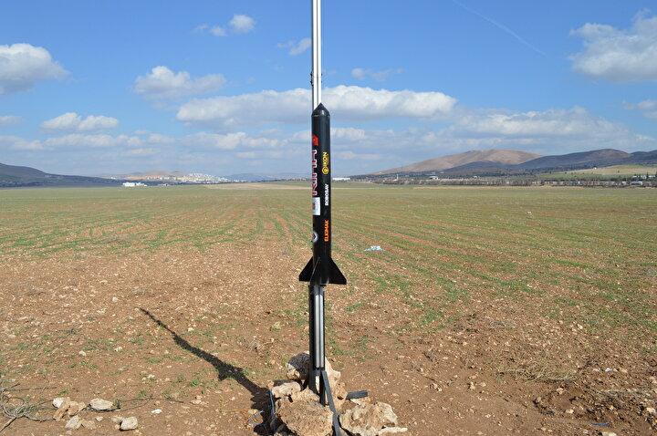 Fırat Üniversitesi Rektörü Prof. Dr. Fahrettin Göktaş, Türkiyede son yıllarda uzayla ilgili çalışmalar yapıldığını belirterek, Bizim üniversitemiz de Teknofestte roket yarışmalarında birincilik alan bir üniversite. Oğuz Yakut ve Orhan Yaman hocalarımızın danışmanlığında Tolga Mertyüz yüksek lisans tezi kapsamında RİHA isimli bir roket geliştirmiş. Bu roket teknolojik olarak oldukça önemli, çünkü belli bir yüksekliğe çıktıktan sonra İHA gibi çalışıyor. Bu sistem vasıtasıyla roket yerden kumanda edilebilecek. Bu da ileride bize yeni bir teknoloji kazandırıyor. Çünkü ülkemiz GPS uydusuna sahip değil. Dünyada sadece 3 ülke sahip. Öyle olunca savunma sanayiinde karadan karaya atılan füzelerin geliştirilmesi zorlaşıyor. Bunun için yer haritası ya da yerden kumanda edilen roketlerin geliştirilmesi gerekiyor. Hocalarımız önemli bir çalışma yapmışlar. Roket bir yerden sonra İHA gibi davrandığı için yerden kumanda edilebilecek ve bu anlamda ülkemize ciddi bir teknoloji kazandırmış olacak. Hocalarımızı tebrik ediyorum diye konuştu.