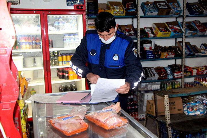 Öte yandan markette bulunan ürünlerin hijyen kurallarına aykırı olduğu ve bir dolabın üzerinde açık vaziyette baklava satışı yapıldığı da gözlendi.