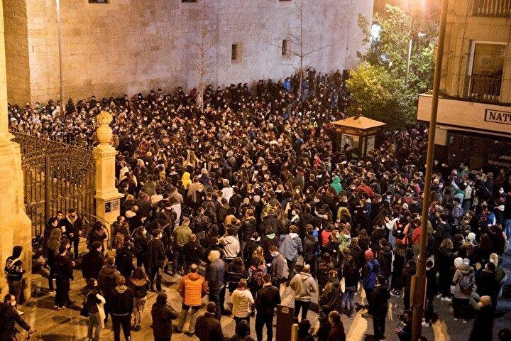 Barselonanın yanı sıra, Katalonya Özerk Bölgesi'nin büyük kentlerinde ve Valensiya'da binlerce kişi sokaklarda Pablo Hasel'e özgürlük sloganları attı. Protestocuların eylem sırasında çöp bidonlarını ateşe verirken, polis karakolları şişe ve taş yağmuruna tutuldu. Zaman zaman polisle çatışan eylemciler, güvenlik güçlerinin müdahalesiyle dağıtıldı. Öte yandan, bir çok sanatçı, gazeteci ve aydının imzasıyla yayımlanan bir manifestoda da Haselin tutuklanması eleştirildi.