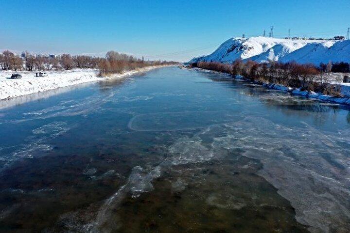Bu arada Anadolu ise adeta buz kesiyor. Sivasta etkili olan dondurucu soğuk sebebiyle Türkiyenin en uzun ırmağı olan Kızılırmak kısmen buz tuttu. Şehirde gece saatlerinden hava sıcaklığı sıfırın altında 20 dereceye kadar düştü.
