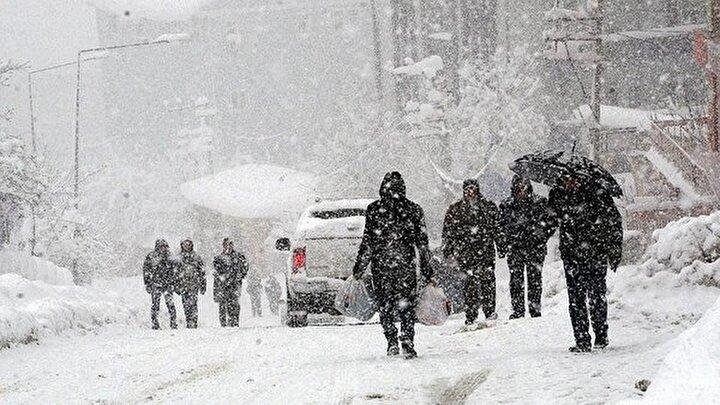 Yağışların Güneydoğu Anadolu ile Kuzey Ege kıyılarında yağmur ve sağanak, diğer yerlerde karla karışık yağmur ve kar şeklinde olmak üzere sabah saatlerinde Hakkari ve Şırnakın yükseklerinde, gece saatlerinden itibaren Zonguldak, Bartın ve Kastamonunun yükseklerinde yer yer yoğun kar şeklinde olması bekleniyor.