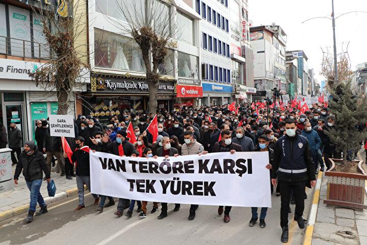 Yüzlerce kişi, ellerindeki Türk bayrakları ile yürüyüşe geçti. Güvenlik önlemlerinin alındığı yürüyüşe katılanlar sık sık Kahrolsun PKK, Şehit olanlar bizim evlatlarımızdır, Van teröre karşı tek yürek, Gara şehitlerimizi anıyoruz sloganları atıp, terörü lanetledi.