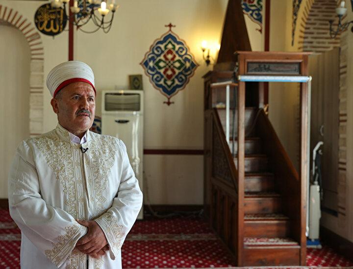 Dünyanın en kalabalık şehirlerinden İstanbula 2006 yılında tayin olan ve Balat semtinde surların arkasında 6 dönüm üzerinde yer alan Hz. Kaab Camisinde göreve başlayan Kır, yerleşim yeri olmaması nedeniyle az sayıdaki cemaatle buluşuyor ve çevrenin tenhalığından tedirginlik yaşıyordu. Göreve başladığı yıl evine giderken yolu kesilen Kır, kendisinden talep edilen parayı madde bağımlılarına verdi. Ertesi gün aynı sahneyi tekrar yaşayan Kır, yolunu kesenlere, parasının olmadığını ancak çorba ve çay yapabileceğini söyledi. O günden sonra Kır, hem kendi hem de bölgenin kaderini değiştirecek bir yola girdi.