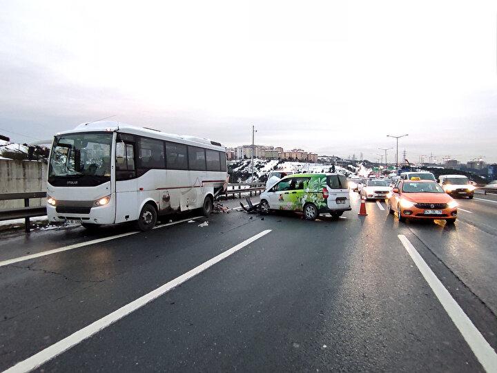 Kazada hafif ticari araçta bulunan iki kişiden biri yaralandı. Olay yerine polis ve ambulans ekibi sevk edildi.