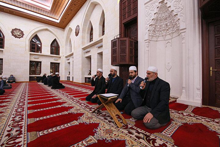 Camilere giden vatandaşlar, üç ayların habercisi kabul edilen Regaip Kandilinde dua edip, namaz kıldı.