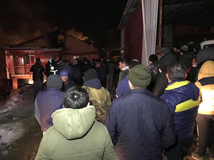 Patlamayla birlikte başlayan yangına ihbar üzerine gelen itfaiye ekipleri müdahale etti.