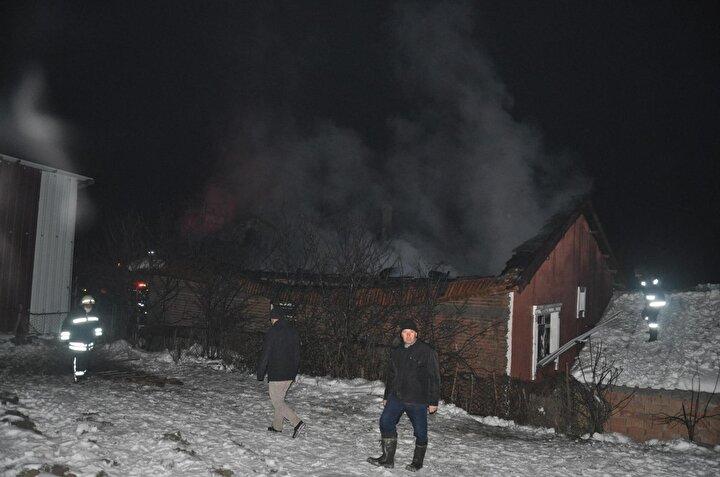"""İtfaiye geldi ve yangına müdahale etti ama görünen durum çok üzücü. Durum çok kötü, çok üzgünüm. Evin tüm eşyalarını bir ay önce yeni aldık. Maalesef yangından dolayı kullanılacak hiç bir şey kalmadı. Hepsi yandı.  Evin 4 duvarı kaldı"""" dedi."""