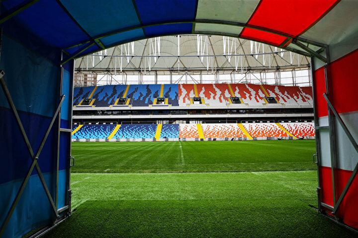 Her ayrıntı düşünülerek inşa edilen Yeni Adana Stadında, tribün koltuklarının renkleri kentin iki köklü kulübünü simgeliyor.