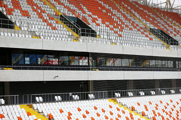 Stat, 33 bin seyirci kapasiteli olmasının yanı sıra sosyal donatılar, 10 asansör, 2 yürüyen merdiven, 104 turnike, basın ve VIP tribünleriyle dikkati çekiyor.
