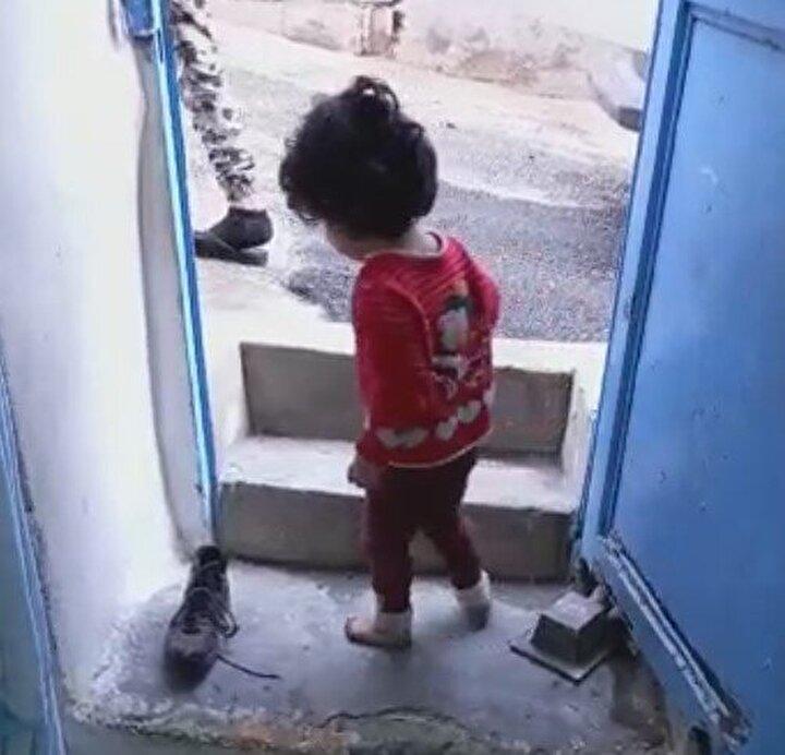 Çocukların çığlıkları üzerine üst kattan inen akrabaları, Nur Cemil Hüseyini yerde kanlar içerisinde buldu.