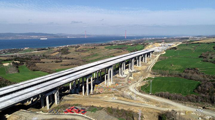 1915 Çanakkale Köprüsü ve Otoyolu Projesi kapsamında 1 asma köprü, 2 yaklaşım viyadüğü, 4 betonarme viyadük, 6 alt geçit köprüsü, 38 üst geçit köprüsü, 5 köprü, 43 alt geçit, 115 çeşitli boyutlarda menfez, 12 kavşak (devlet yolu üzerindeki kavşaklar dahil), 4 otoyol hizmet tesisi, 2 bakım işletme merkezi, 6 ücret toplama istasyonu inşa edilecek. 1915 Çanakkale Köprüsü, 18 Mart 2022de tamamlanarak, hizmete açılacak. Çanakkale Boğazı, köprü sayesinde 6 dakikada geçilebilecek.