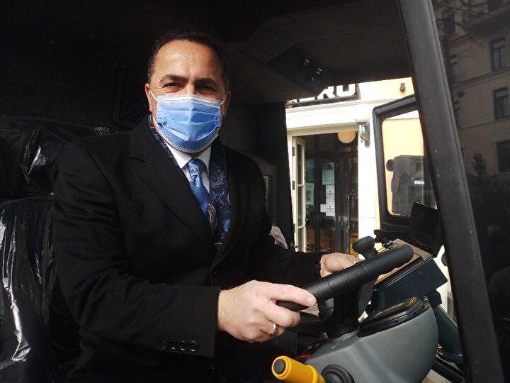 Geliştirilmesine büyük katkı sağladığı için ismini Beyoğlu Belediye Başkanı Haydar Ali Yıldız'ın vermesi beklenen araç, ilk modeline oranla yine kompakt yapısıyla dar cadde ve sokaklar da dahil olmak üzere eğimli ve düz zeminlerde kolaylıkla temizlik yapabiliyor.