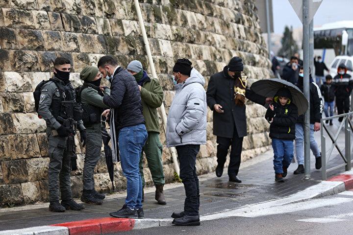 Böylece yüzlerce Filistinli, Mescid-i Aksa'da kılınan cuma namazına iştirak edemedi.
