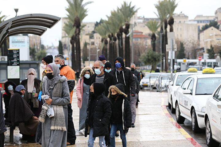 Cuma namazını işgal altındaki Doğu Kudüs'te bulunan Mescid-i Aksa'da kılmak isteyen Filistinliler sabahtan itibaren Eski Şehir bölgesinin kapılarında kurulan bariyerlerin önünde toplandı.