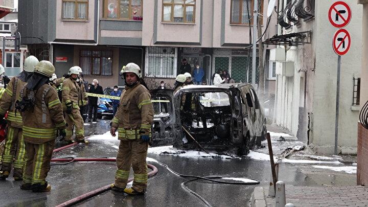 Polis ekipleri olay sonrası soruşturma başlatırken, doğal gaz kutusunun ve aracın alev alev yandığı anlar ve yaşanan panik anları kameraya yansıdı.
