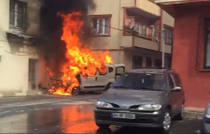 Bu sırada aniden alev alan araçtaki yangın kısa sürede büyüdü. Araç sahibi aşağı inerek kurtulurken yangın nedeniyle freni boşalan hafif ticari araç hareket etmeye başladı.