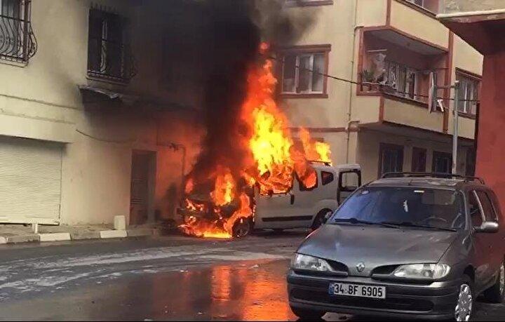 Yanarak yaklaşık 50 metre ilerleyen araç sokaktaki kaldırma çıkarak bir binanın duvarındaki doğal gaz kutusuna çarptı.
