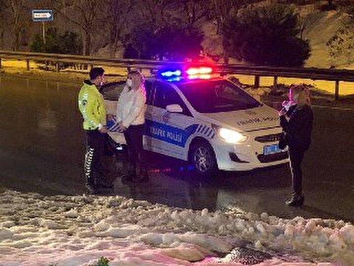 Gözaltına alınan şüpheliler, sorgulanmak üzere polis merkezine götürüldü.