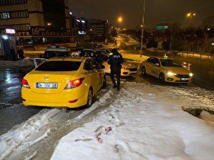 Olay, saat 03.00 sıralarında Şerifali Mahallesi Nutuk Sokakta yaşandı. İddiaya göre, evlerine gitmek isteyen 2 kadın yoldan geçen 34 TAU 89 plakalı taksiyi durdurdu.