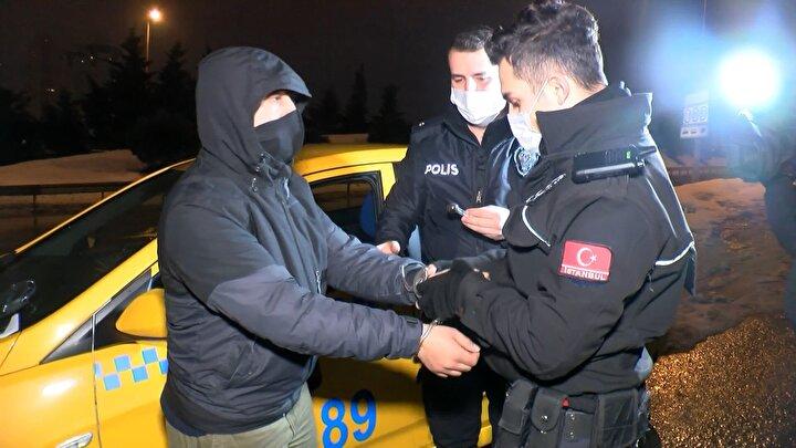 Taksiye binen kadınlar, polise ihbarda bulunarak araçta uyuşturucu kokusu aldıklarını söyledi. İhbar sonrası olay yerine polis ekibi sevk edildi.