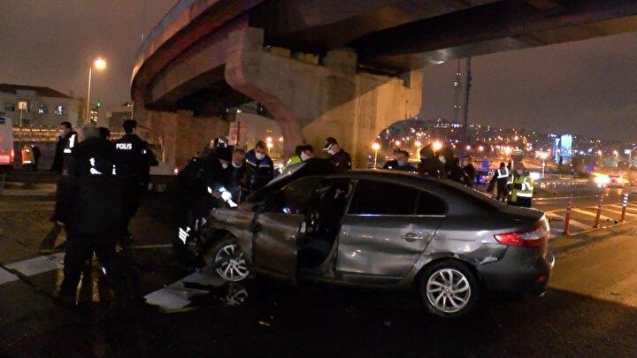 Kazayı gören metrobüsteki yolcular, bir yandan otomobilde sıkışan sürücünün yardımına koştu diğer yandan da ters dönen otomobili düzeltti.