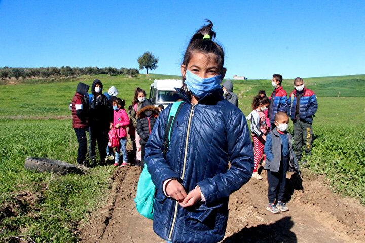 4'üncü sınıfa gittiğini söyleyen Emine Demir, yolun kapatılmasından dolayı mağdur olduğunu ifade ederek, Her yeri kapattılar. Çamurlu yoldan da tek başımıza gidemiyoruz. Servis bizi almaya gelmişti ama o da çamura saplandı. Mecbur yürüyerek gideceğiz'' diye konuştu.