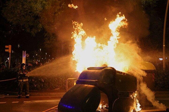 İspanyada rap şarkıcısı Pablo Haselin Krala hakaret suçundan hüküm giymesinin ardından başlayan protestolar üçüncü gününde.