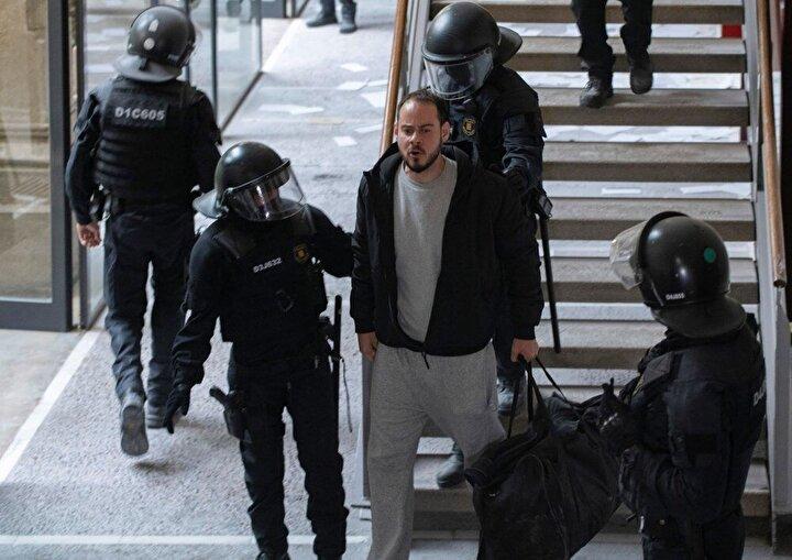 İspanya Ulusal Mahkemesi, bazı şarkılarındaki sözlerde terör örgütleri GRAPO, ETA ve Terra Lliureyi öven ifadeler kullandığı için 2014te aldığı iki yıl hapis cezası o dönemde ertelenen Haselin daha sonra 2017de güvenlik güçlerine karşı gelme ve 2018de bina basmaktan mahkum edildiğini hatırlattı. Son olarak 2021 yılında Kral VI. Felipe ve babası Juan Carlos hakkındaki sözleri ve terörist grupları övdüğü iddiasıyla 2 yıl 9 ay hapis cezasına çarptırıldı.