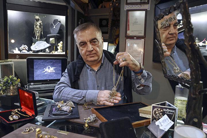 Kuyumculuk hayatına 1972de Kapalıçarşıdaki bir atölyede çırak olarak başlayan 62 yaşındaki Susmak, tasarımlarını sanatla bağdaştırmış önemli ustalar arasında yer alıyor.