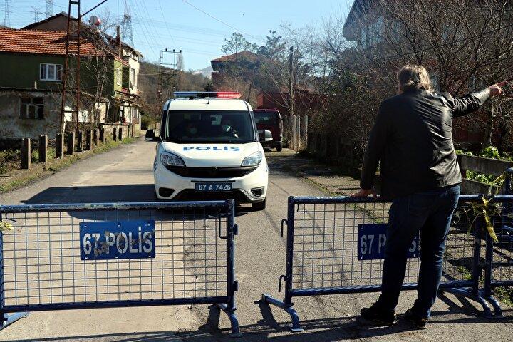 Sokağa giriş ve çıkışlar polis ekiplerince kapatıldı. Hacıoğlu Mahallesi Muhtarı Yalçın Dursun, sokakta toplam 4 binadaki 16 kişinin karantina altına alındığını söyledi.