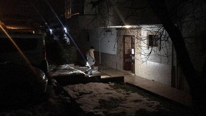 Polis ekipleri gürültünün geldiği apartmandaki daireye girdi. Dairede bulunan şahıslar bir anda kendilerini uyaran polis ekibine saldırdı.