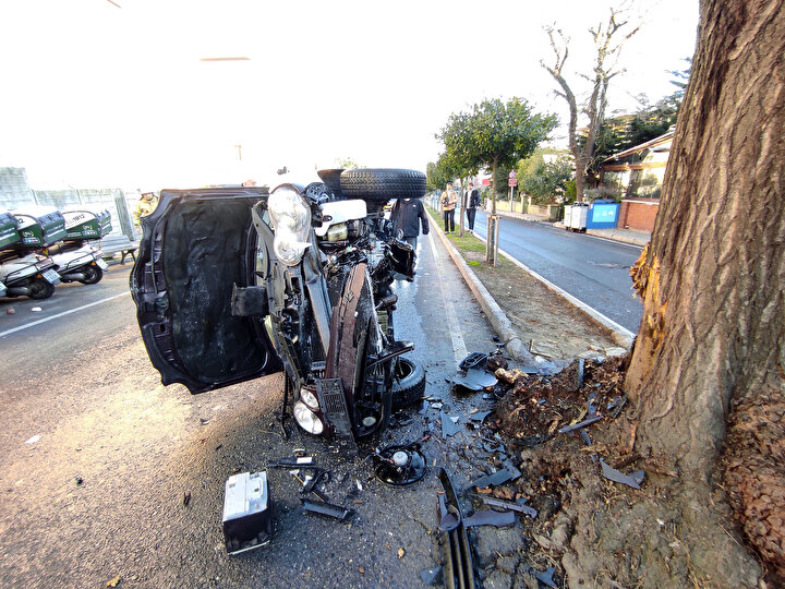 Otomobilin ağaca çarptığı yerde daha önce de sosyal medya fenomeni Enes Batur kaza yapmıştı. Enes Batur kazadan yara almadan kurtulmuştu.