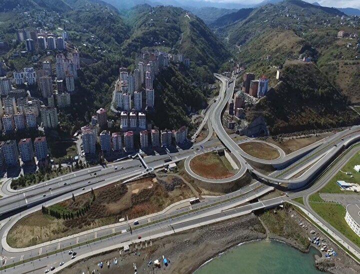 Daha sonra ise projenin sahil kesiminde bulunan, Yıldızlı Tam Yonca Kavşağı, Derecik bağlantı kolu, Akyazı Tüneli, Halit Kobya Köprülü Kavşağı, stadyum bağlantı yolları tamamlanarak trafiğe açıldı. Böylece, Karadeniz Sahil Yolu üzerindeki mevcut sinyalize kavşaklar kaldırılarak trafik akışı ve bağlantıları kesintisiz duruma getirildi. Çalışmalar çerçevesinde ayrıca, Kanuni Bulvarı yolunun Beşirli Tüneli girişi ile Çatak-2 köprülü kavşağı arasında kalan 5 kilometrelik kesimi ile Karadeniz Sahil Yolunun Akçaabat-Trabzon istikametinden Kanuni Bulvarına katılımını sağlayacak 441 metre uzunluğundaki Akyazı bağlantı tüneli de trafiğe açıldı.