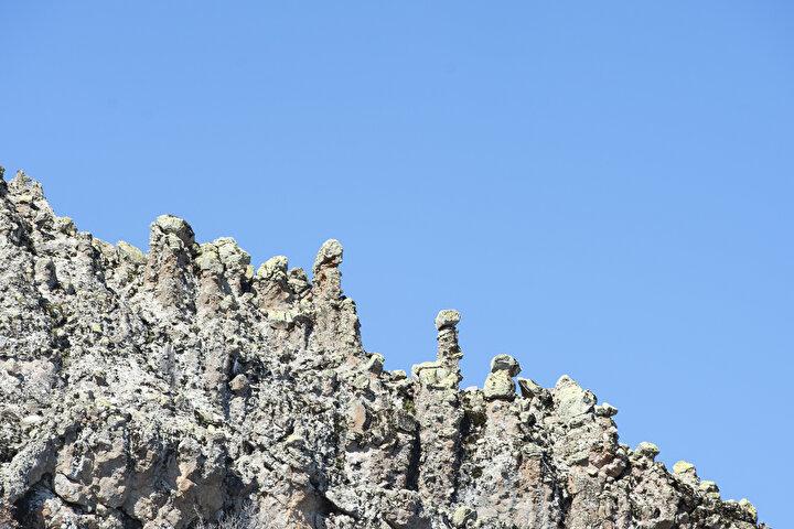 Bölgede peri bacalarına benzeyen çok sayıda kayanın olduğunu belirten Malik Kaya, Haftanın belirli günlerinde Tuncelinin çeşitli alanlarına geziler gerçekleştiriyoruz. Bazen karla kaplı Ovacık ilçesine, bazen de ilkbahar havasının yaşandığı Çemişgezek ilçesine yolumuz düşüyor. Bugün de rotamızı Mazgirt ilçemize çevirdik dedi.