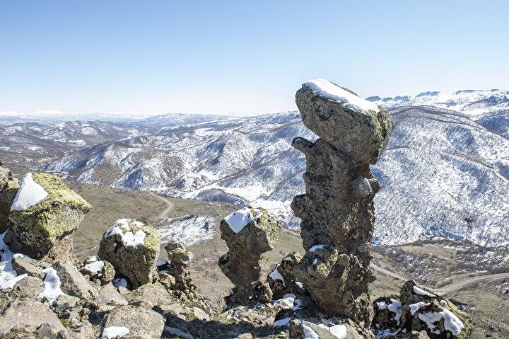 Karlı dağlar ve ormanlar ile bütünleşen bu kaya oluşumlar, fotoğraf tutkunları başta olmak üzere yöreyi ziyarete gelenlerden ilgi görüyor.