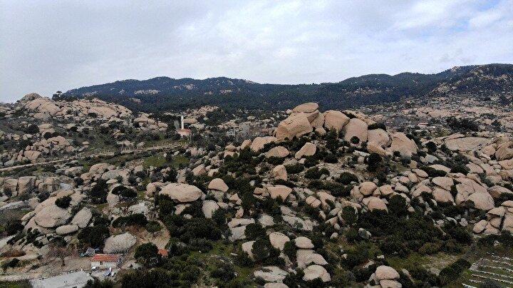 Muğlanın Milas ve Yatağan ile Aydının Çine ilçesi üçgeninde yer alan Gökbel Vadisinde bulunan kayalar, Yunanistan Meteoradaki kayalar ile büyük benzerlik taşıyor.