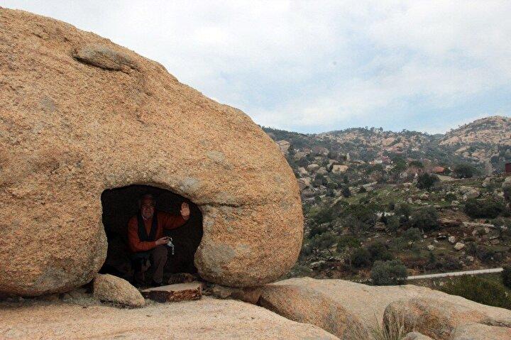 Türkiyenin en yaşlı ve en genç kayaçlarıYatağanın gönüllü kültür sanat elçisi olarak bilinen araştırmacı-yazar Tarcan Oğuz, kayaların en gencinin 15 milyon, en yaşlısının ise 1 milyar yaşında olduğunu söyledi.