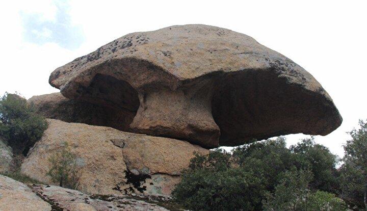En genci 15 milyon, en yaşlısı ise 1 milyar yaşında olduğu tahmin edilen ilginç kayalar, kırsal yerleşim birimleri ile iç içe girmiş durumda.