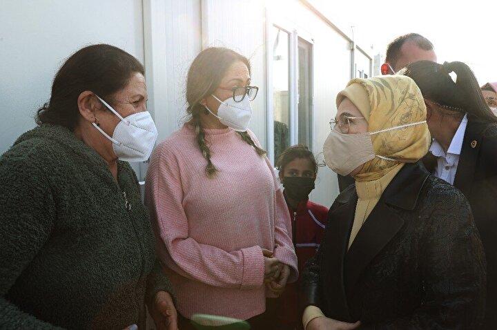 Emine Erdoğan, İzmir'de depremzedelerle bir araya geldi
