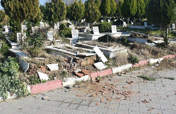 Henüz kimliği belirlenemeyen kişi ya da kişiler, mezarlığa girerek 4 mezarın taşını kırıp, zarar verdi.