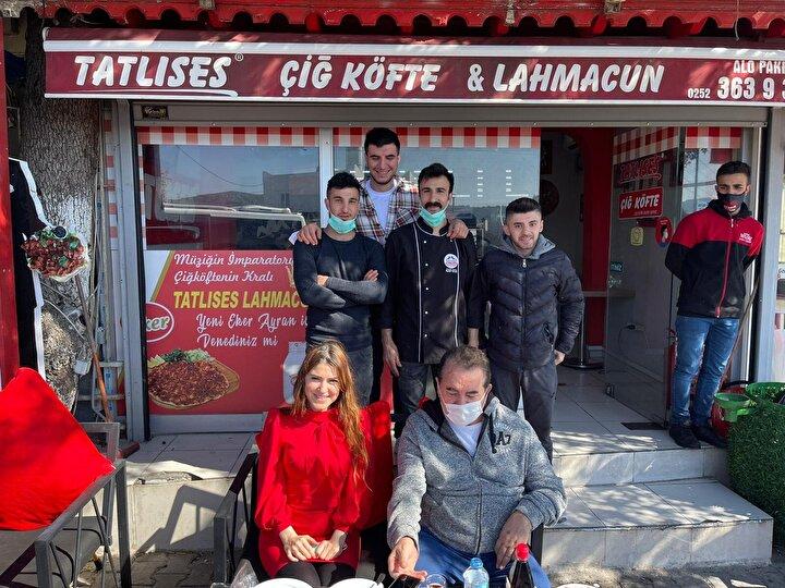 Sabah saatlerinde İzmirden arkadaşı Gülçin Karakaya ile yola çıkan Tatlıses, hayranlarıyla bir araya geldi.