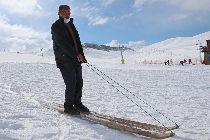 Tokat'ın Başçiftlik ilçesinde kış aylarında bölge halkının kullandığı ilçeye özgü ipli kayak, tasarımı ile dikkat çekiyor. Yoğun kar yağışı alması ile bilinen Başçiftlikte yaşayanlar kimi zaman bir ulaşım aracı, kimi zaman ise bir eğlence aracı olarak kullandıkları ipli kayaklarıyla ile profesyonel kayakçılara taş çıkartıyor.