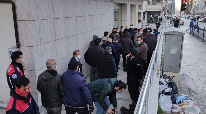 Ofis, zabıta ekipleri tarafından mühürlenirken, 25 kişiye yasağa rağmen kumar oynadıkları ve sosyal mesafe kurullarına uymadıkları gerekçesiyle toplam 112 bin lira para cezası kesildi.