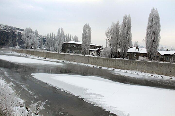 Kırağının etkisiyle ağaçlarda güzel görüntüler ortaya çıkarken, çatılarda buz sarkıtları oluştu.