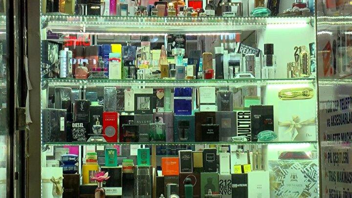 Eminönünde parfüm satan ve ürünlerin orijinal olduğunu iddia eden Selin Satır, Parfümlerin esansı Fransadan geliyor. Türkiyede satıyoruz. 50 cc 60 TL. 100 cc 110 TL. Orijinal esans 1 gün kalıcı. 2 gün kalıcı da var ama 250 TL. Ürünlerin barkodu var dedi. DHA ekibinin parfümü ÜTS sistemi üzerinden kontrol etmesi sonucunda ise, ürünün sisteme kayıtlı olmadığı ortaya çıktı.