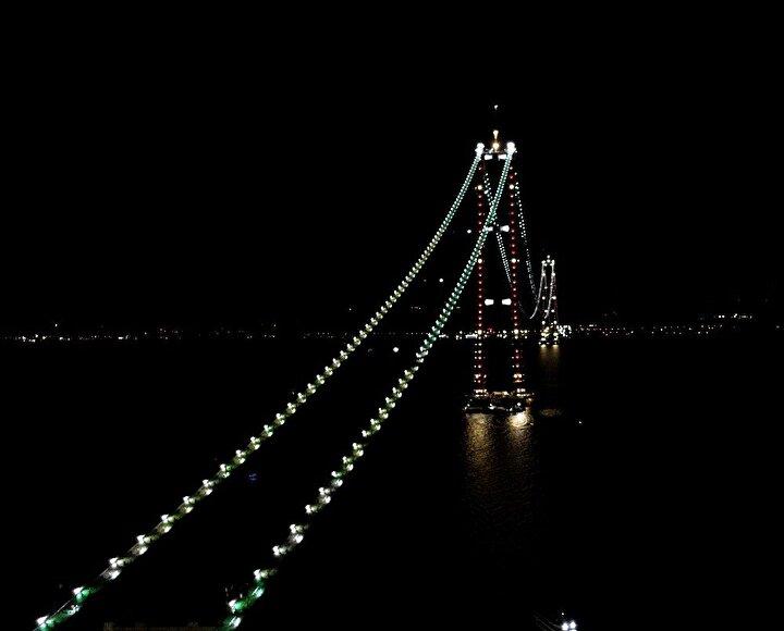 48 metre uzunluğunda ve 45 metre genişliğinde bulunan tabliyeler toplam 42 parçadan oluşacak. Köprü şantiyesinde devam eden çalışmalarla birlikte tabliyeler, itme sürme yöntemiyle yerleştirilecek.